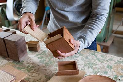 Kenichi Fujii places the inserts inside the tea box.
