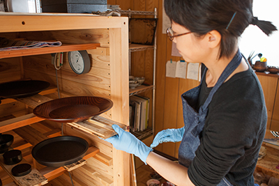 Minako leaves the lacquer tray to dry inside a humidity chamber, making sure the outer coat dries at a consistent rate.