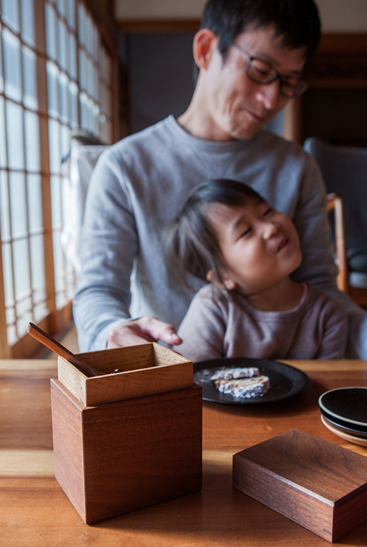 Kenichi and his daughter using their lacqueware at home.