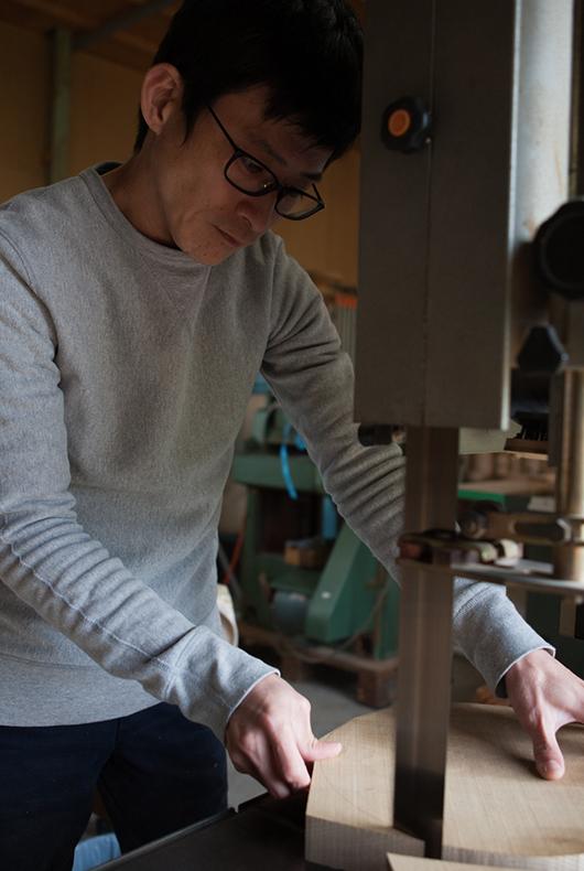 Kenichi Fujii cutting out a blank at the Fujii Works workshop in Ono City, Hyogo Prefecture.