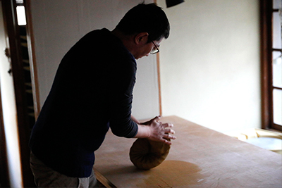 Makoto Asebi uses a spiral wedging technique.
