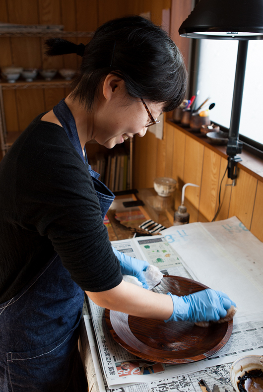 Minako off the lacquer many times to make sure the wood soaks up the urushi and it becomes a smooth surface.