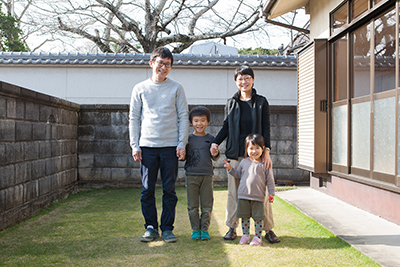 Kenichi Fujii, Minako Fujii and family at their workshop in Ono City.