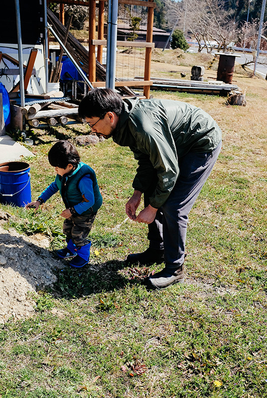 Keiji and his son Toki playing near his studio in the town of Hino in Shiga Prefecture.