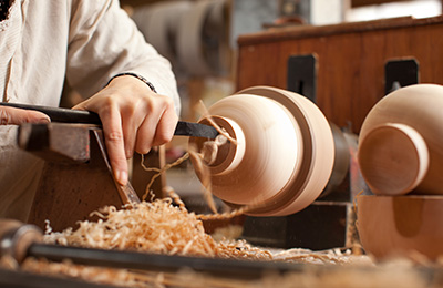 She then starts to work on the foot of the bowl, using a chisel to hollow out the bottom to that the bowl stands nicely.