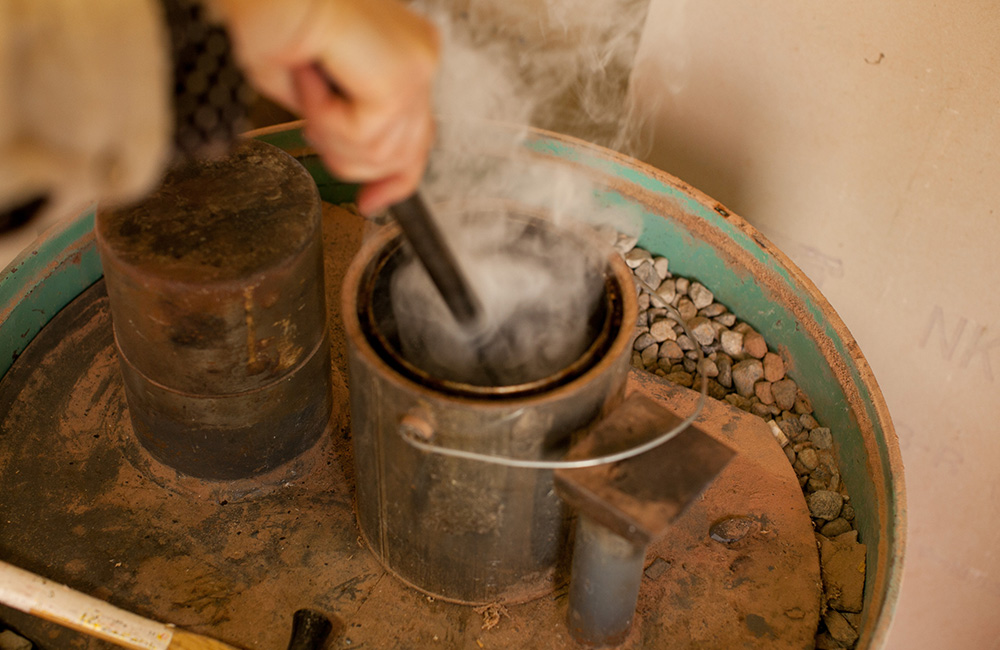 Maiko then cools down the tip to temper the metal, meaning it will be tough when carving wood on the lathe.