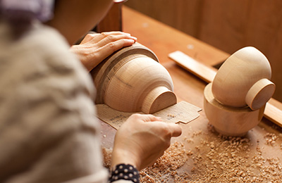 Okuno uses pre-cut templates to get the bowls to the desired shape.