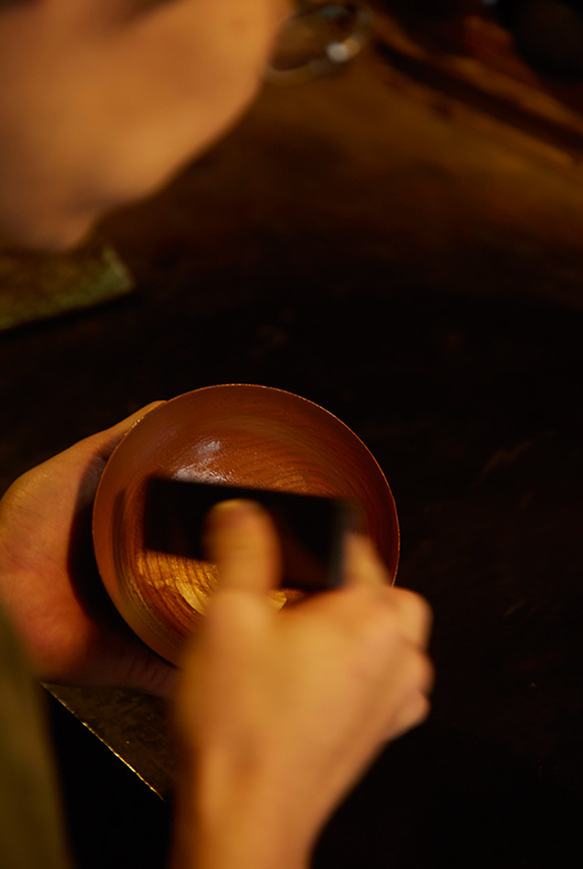The lacquer is applied thinly and in stages.