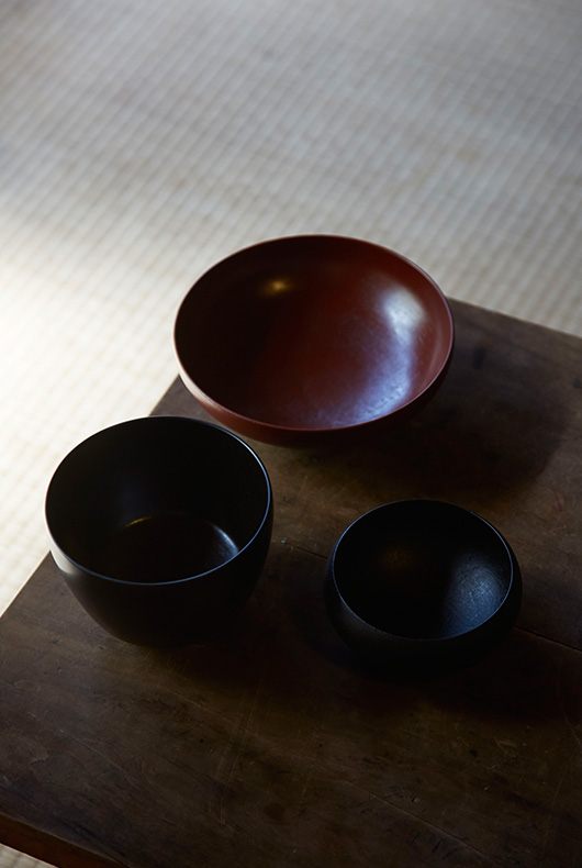 Black lacquer bowl, oval black bowl, and red bowl by Akihiko Sugita.
