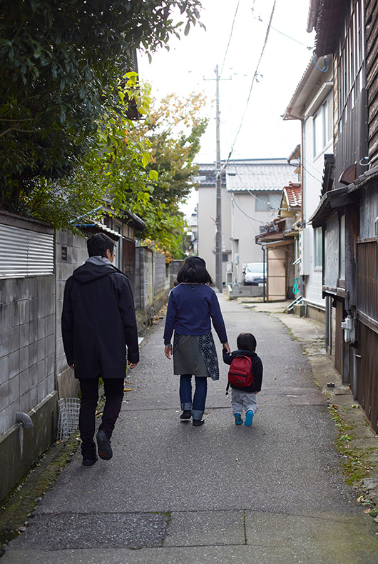 Walking Akihiko's child to school with his wife Mihoko Sugita.