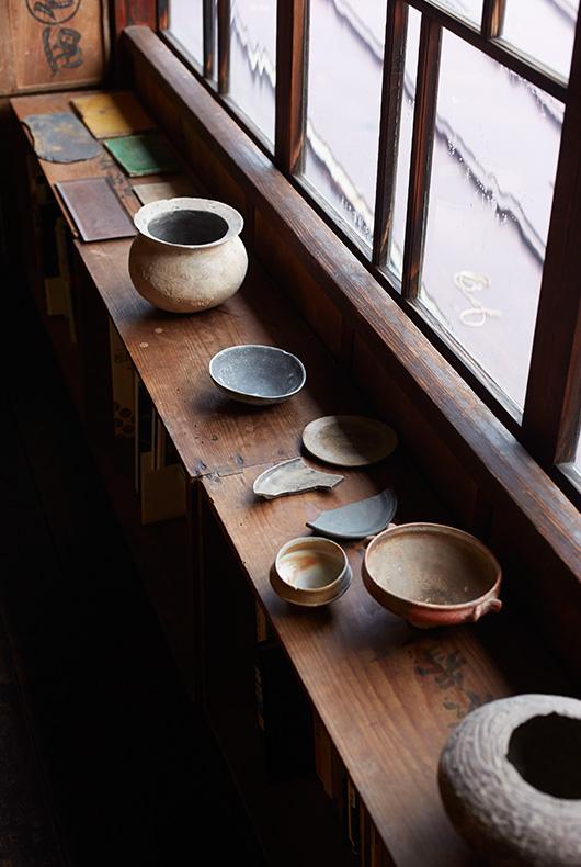 Ceramics that Akihiko has collected.