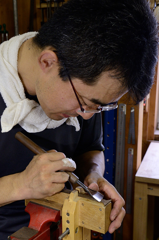 Yusuke pays careful attention to the curve leading towards the scoop, he uses a small knife to craft this section accurately.
