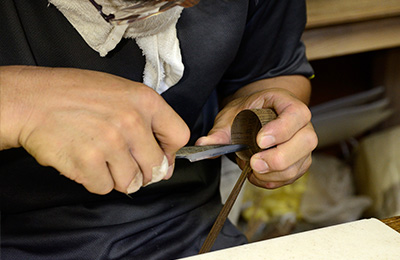 Yusuke carefully shapes the top of the scoop to make it thin and perfectly circular.